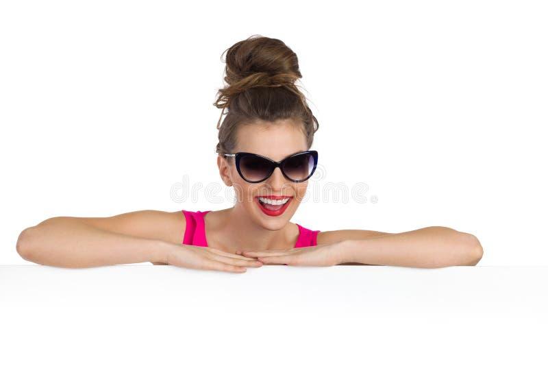 Γελώντας γυναίκα στα γυαλιά ηλίου στοκ φωτογραφίες