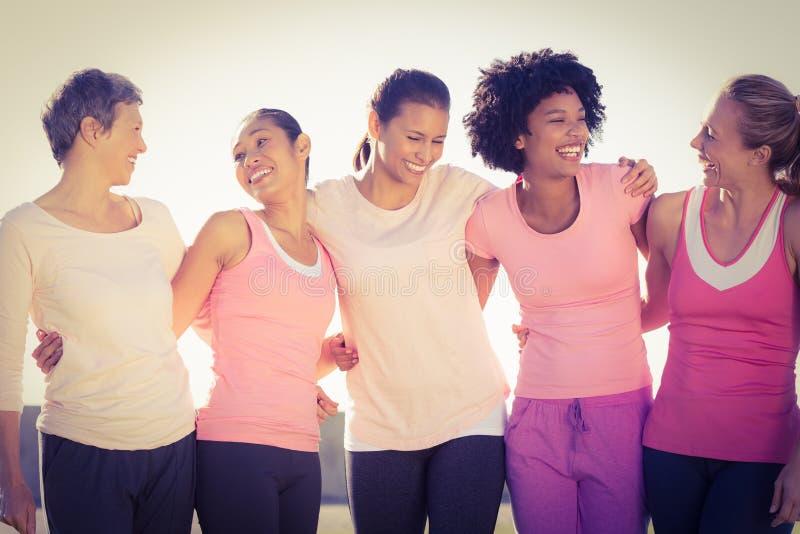 Γελώντας γυναίκες που φορούν το ροζ για το καρκίνο του μαστού στοκ εικόνα με δικαίωμα ελεύθερης χρήσης