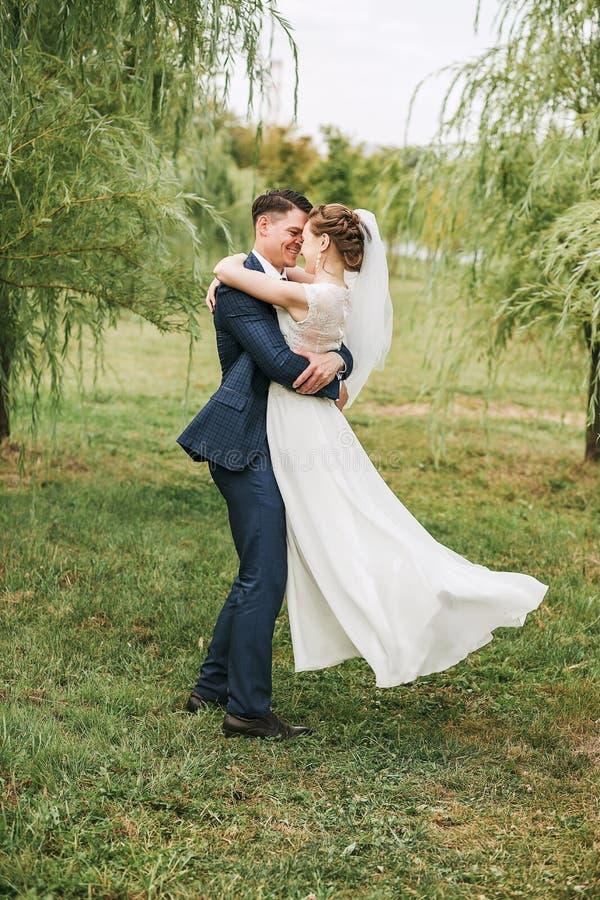 Γελώντας ζεύγος που χορεύει στη φύση μεταξύ των δέντρων ιτιών στοκ φωτογραφίες με δικαίωμα ελεύθερης χρήσης