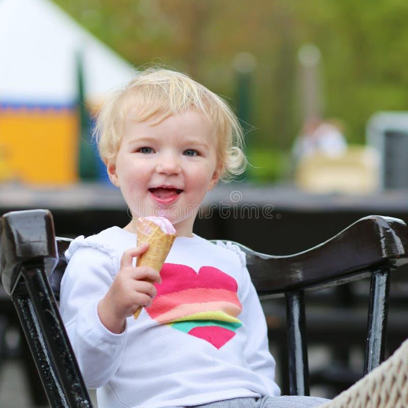 Γελώντας κορίτσι μικρών παιδιών που τρώει το παγωτό υπαίθρια στοκ φωτογραφίες με δικαίωμα ελεύθερης χρήσης