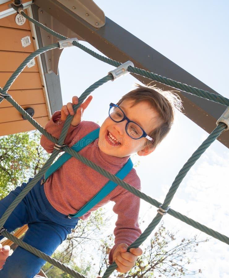Γελώντας παιδί στην παιδική χαρά στοκ φωτογραφίες με δικαίωμα ελεύθερης χρήσης