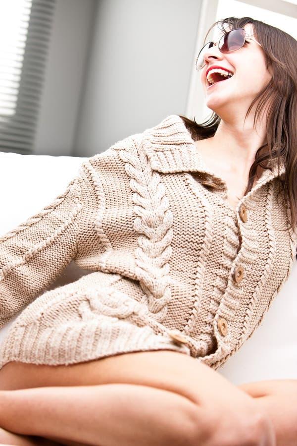 Γελώντας πανέμορφη γυναίκα με τα γυαλιά ηλίου στοκ εικόνα με δικαίωμα ελεύθερης χρήσης