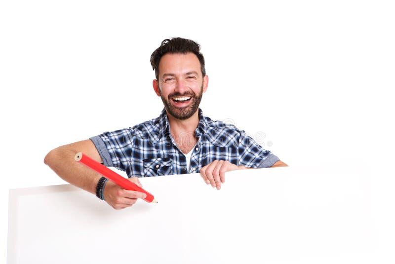 Γελώντας ώριμο άτομο που γράφει πέρα από την κενή αφίσα στοκ εικόνα με δικαίωμα ελεύθερης χρήσης