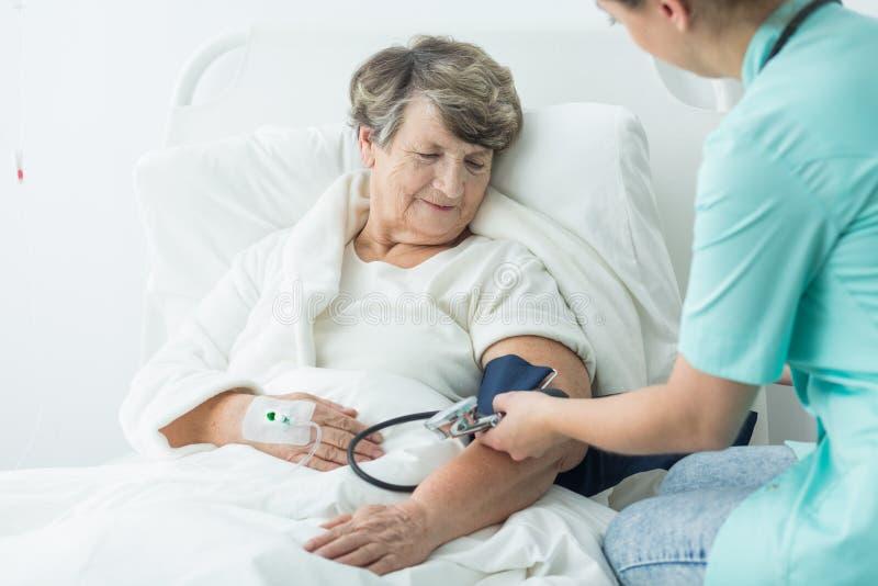 Γηριατρικός ασθενής θαλάμων με την υπέρταση στοκ εικόνα