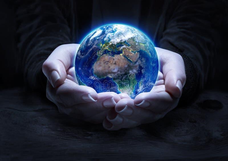 Γη στα χέρια - έννοια προστασίας του περιβάλλοντος διανυσματική απεικόνιση