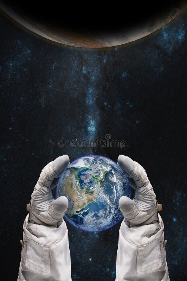 Γη στα χέρια του αστροναύτη Έννοια γήινης ημέρας στοκ φωτογραφίες με δικαίωμα ελεύθερης χρήσης