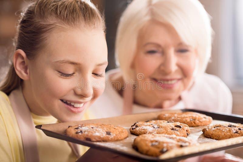 Γιαγιά και εγγόνι με τα μπισκότα στοκ εικόνες