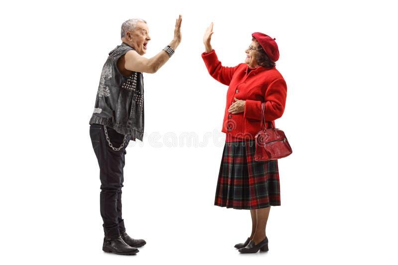 Γιαγιά και ηλικιωμένο punker που υψηλός-πέντε στοκ φωτογραφίες με δικαίωμα ελεύθερης χρήσης