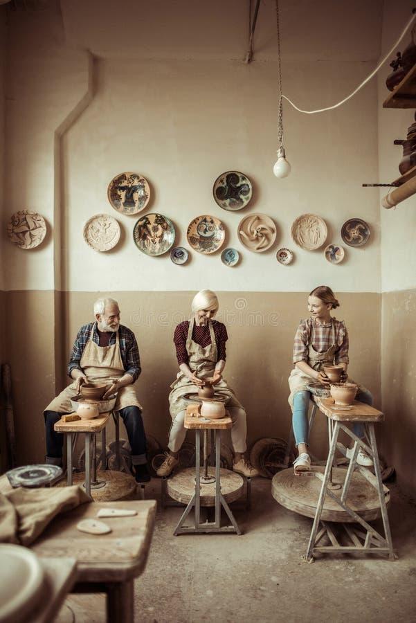 Γιαγιά και παππούς με την εγγονή που κάνει την αγγειοπλαστική στοκ εικόνα με δικαίωμα ελεύθερης χρήσης