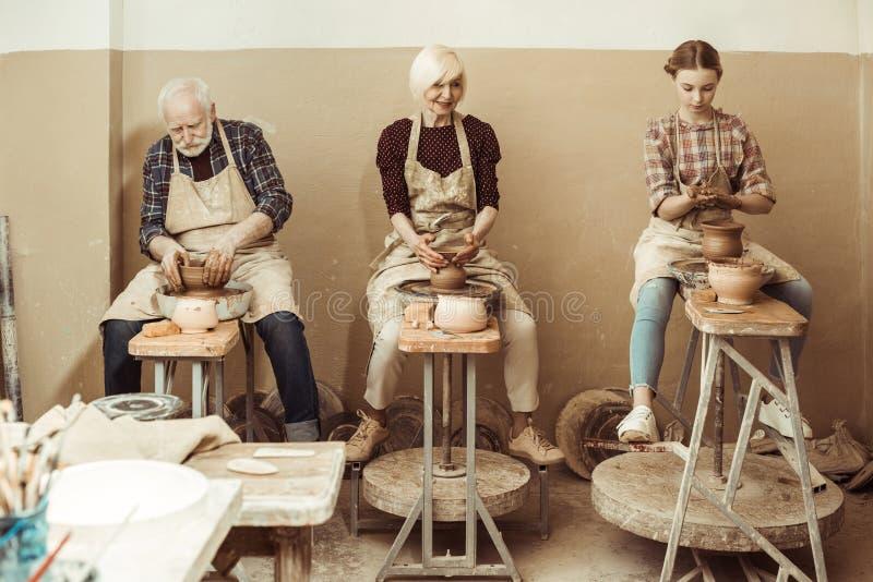 Γιαγιά και παππούς με την εγγονή που κάνει την αγγειοπλαστική στοκ εικόνες