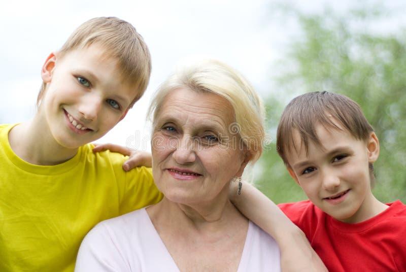 Γιαγιά με δύο εγγόνια στοκ εικόνα με δικαίωμα ελεύθερης χρήσης
