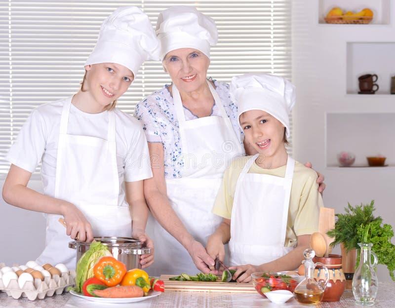 Γιαγιά με τα εγγόνια στοκ φωτογραφία με δικαίωμα ελεύθερης χρήσης