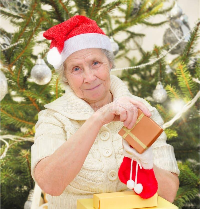 Γιαγιά με τα δώρα Χριστουγέννων στοκ φωτογραφία με δικαίωμα ελεύθερης χρήσης