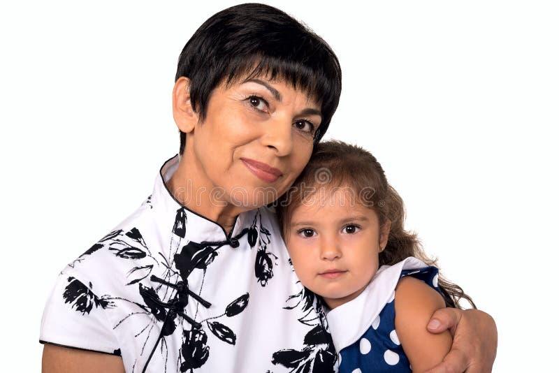 Γιαγιά με το εγγόνι - ανώτερη γυναίκα που κρατά το granddaug της στοκ φωτογραφίες με δικαίωμα ελεύθερης χρήσης