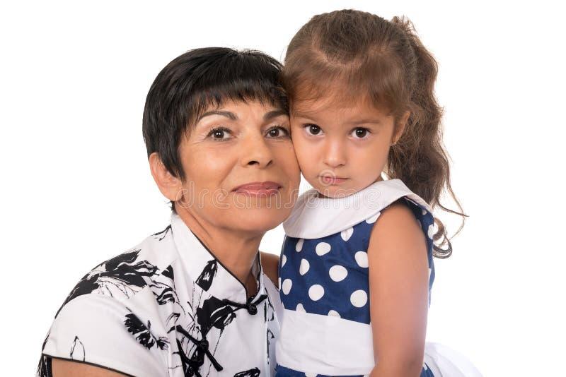 Γιαγιά με το εγγόνι - ανώτερη γυναίκα που κρατά το granddaug της στοκ εικόνες