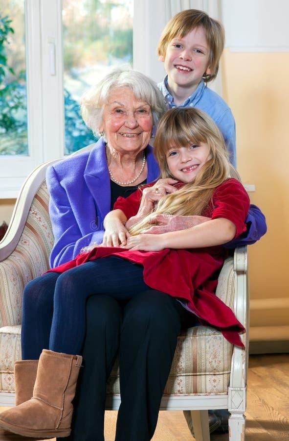 Γιαγιά με δύο παιδιά που έχουν τη διασκέδαση στοκ φωτογραφίες με δικαίωμα ελεύθερης χρήσης