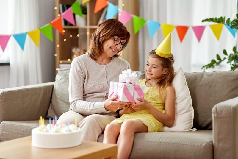 Γιαγιά που δίνει το δώρο γενεθλίων εγγονών στοκ φωτογραφίες με δικαίωμα ελεύθερης χρήσης