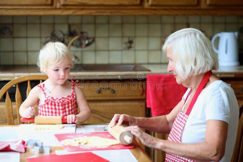 Γιαγιά που κατασκευάζει τα μπισκότα μαζί με την εγγονή στοκ φωτογραφία με δικαίωμα ελεύθερης χρήσης