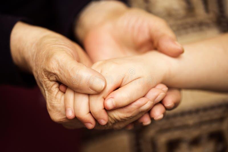 Γιαγιά που κρατά το grand-daughter ` s χέρι στοκ φωτογραφία με δικαίωμα ελεύθερης χρήσης