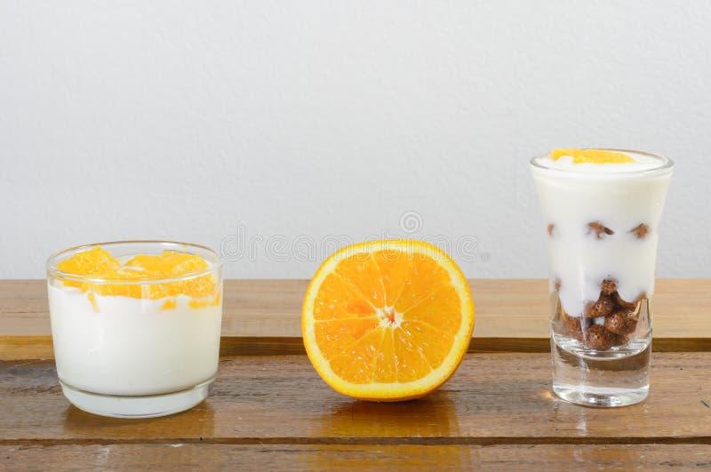Γιαούρτι και δημητριακά στοκ εικόνες