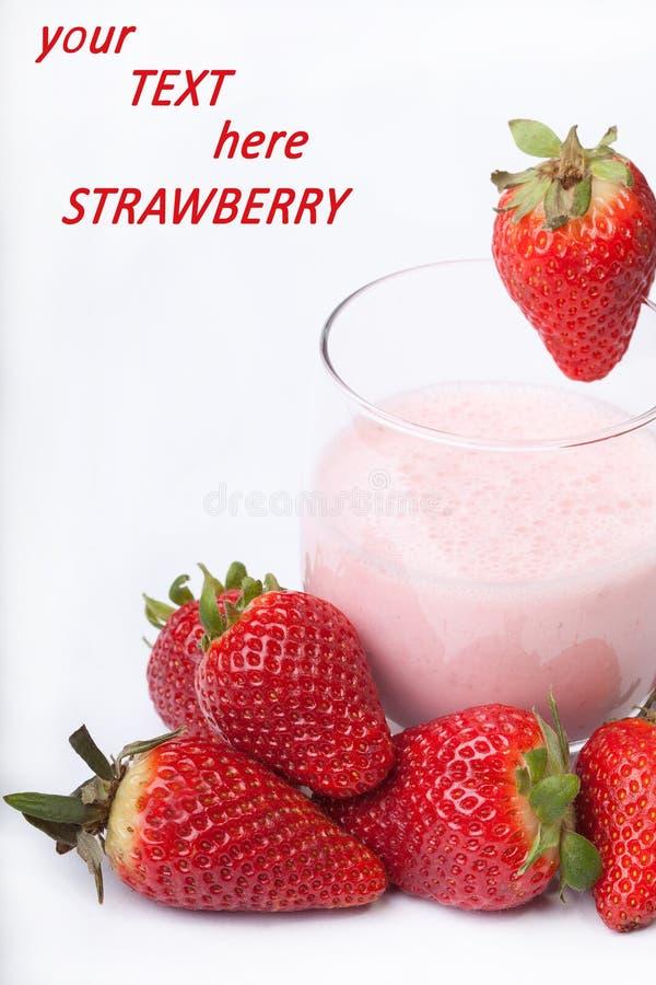 Γιαούρτι καταφερτζήδων φρούτων με την κόκκινη φράουλα στο άσπρο backgroun στοκ φωτογραφίες