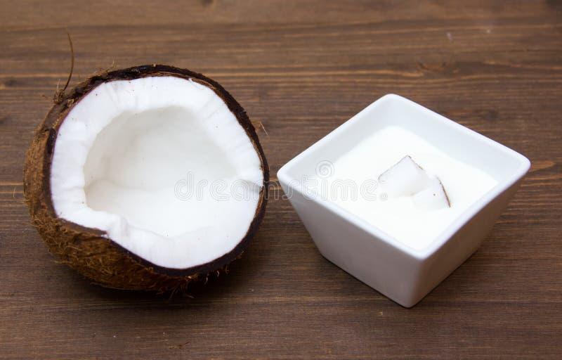 Γιαούρτι με την καρύδα στο ξύλο στοκ φωτογραφία