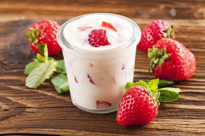 γιαούρτι φραουλών στοκ φωτογραφίες με δικαίωμα ελεύθερης χρήσης