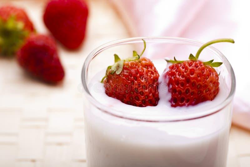 γιαούρτι φραουλών στοκ φωτογραφίες