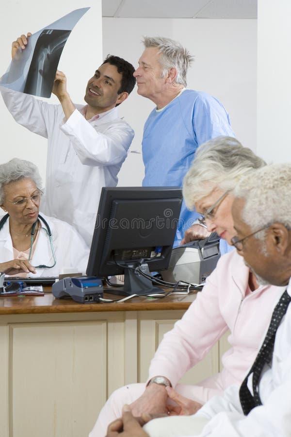Γιατροί και ασθενείς στην κλινική στοκ φωτογραφία με δικαίωμα ελεύθερης χρήσης