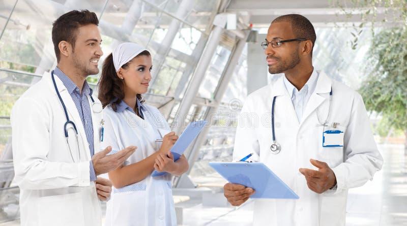 Γιατροί και νοσοκόμα στο νοσοκομείο στοκ εικόνα