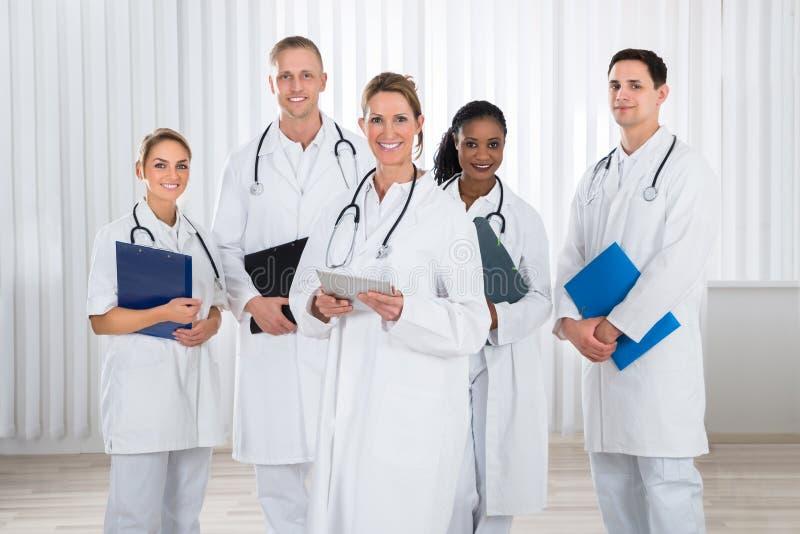 Γιατροί και νοσοκόμες με το στηθοσκόπιο στοκ εικόνες