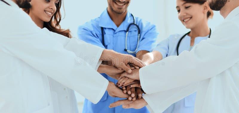 Γιατροί και νοσοκόμες που συσσωρεύουν τα χέρια έννοια της αμοιβαίας ενίσχυσης στοκ φωτογραφία με δικαίωμα ελεύθερης χρήσης