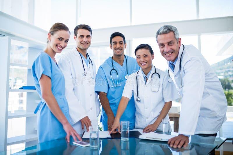 Γιατροί και νοσοκόμες που χαμογελούν στη κάμερα στοκ φωτογραφία με δικαίωμα ελεύθερης χρήσης