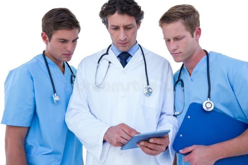 Γιατροί και νοσοκόμες που χρησιμοποιούν το lap-top στοκ φωτογραφίες