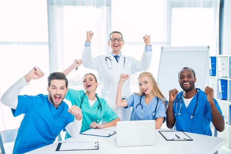Γιατροί που γιορτάζουν τη νίκη στοκ εικόνα με δικαίωμα ελεύθερης χρήσης