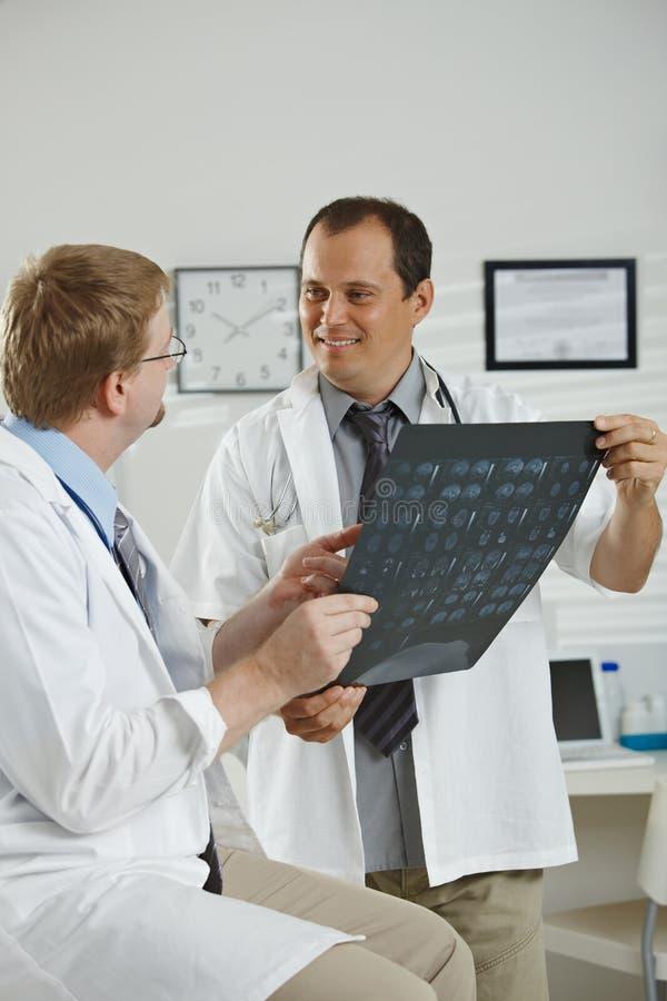 Γιατροί που η διάγνωση στοκ εικόνες