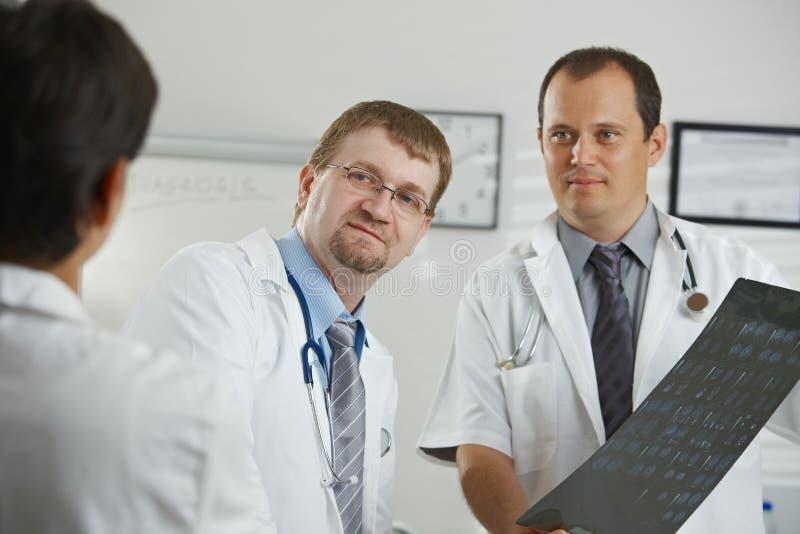 Γιατροί που η διάγνωση στοκ φωτογραφία με δικαίωμα ελεύθερης χρήσης