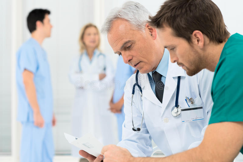 Γιατροί που συζητούν στη συνεδρίαση στοκ εικόνα