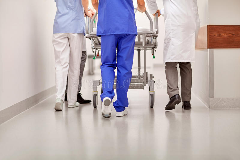 Γιατροί που φέρνουν το gurney νοσοκομείων στη εντατική στοκ εικόνα με δικαίωμα ελεύθερης χρήσης