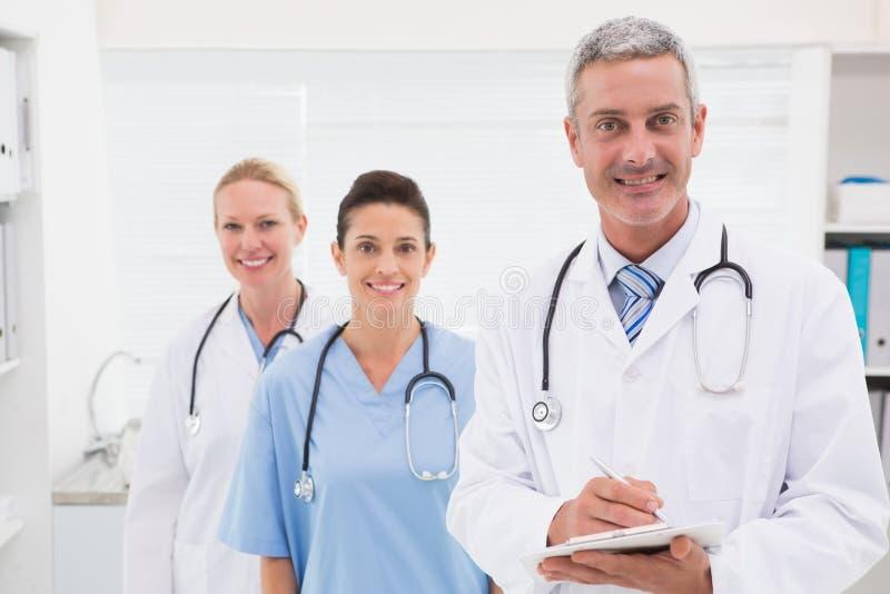 Γιατροί που χαμογελούν στη φωτογραφική μηχανή στοκ φωτογραφίες