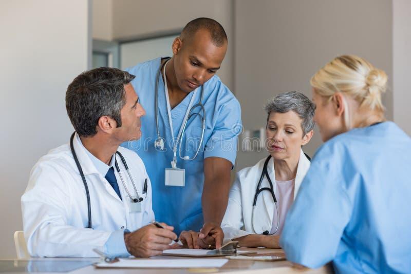 Γιατροί σε μια συνεδρίαση στοκ φωτογραφία
