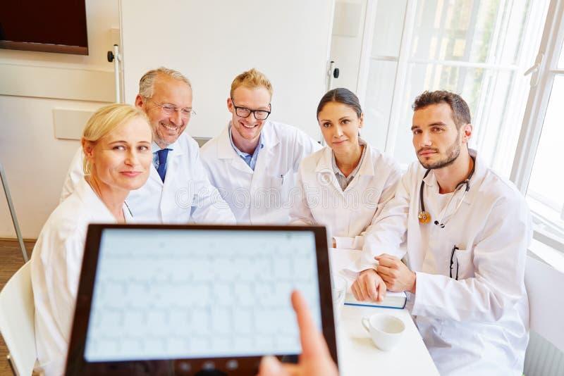 Γιατροί στην κατάρτιση ECG στοκ φωτογραφίες