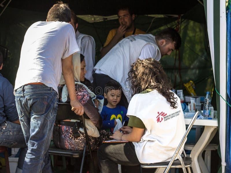 Γιατροί των Ιατρών Χωρίς Σύνορα που συζητούν με τους πρόσφυγες οικογένεια που διασχίζει τα σύνορα με την Κροατία MSF είναι μια ΜΚ στοκ φωτογραφία με δικαίωμα ελεύθερης χρήσης
