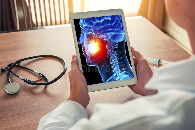 Γιατρός ή οδοντίατρος που κρατά μια ψηφιακή ταμπλέτα με την ακτίνα X του τρισδιάστατου κρανίου με τον πόνο στα δόντια Ημικρανία π στοκ φωτογραφία με δικαίωμα ελεύθερης χρήσης