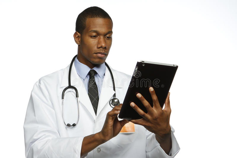 Γιατρός αφροαμερικάνων που χρησιμοποιεί την ηλεκτρονική ταμπλέτα, οριζόντια στοκ εικόνες
