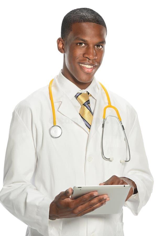 Γιατρός αφροαμερικάνων που χρησιμοποιεί το ηλεκτρονικό μαξιλάρι στοκ φωτογραφία