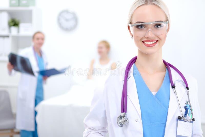 Γιατρός γυναικών που στέκεται στο νοσοκομείο στοκ εικόνες με δικαίωμα ελεύθερης χρήσης