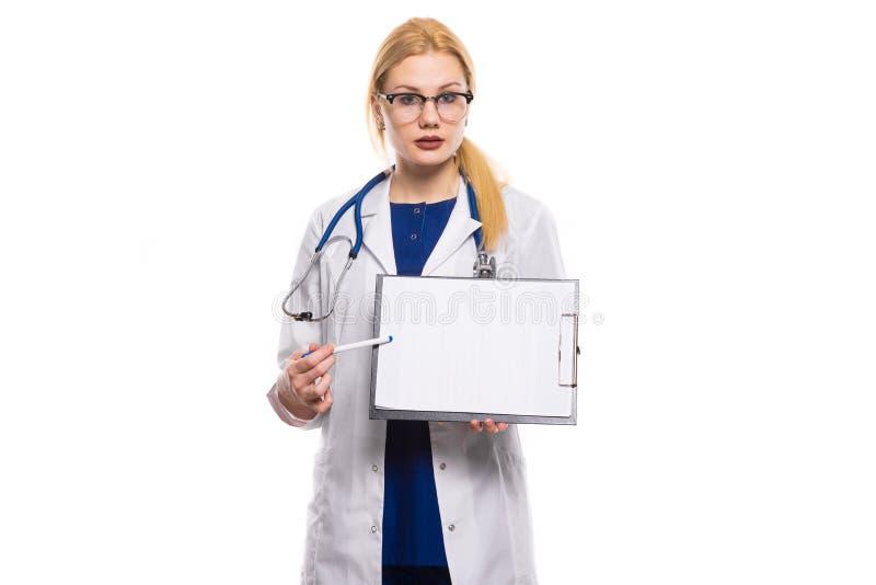 Γιατρός γυναικών στο άσπρο παλτό με την περιοχή αποκομμάτων στοκ εικόνες
