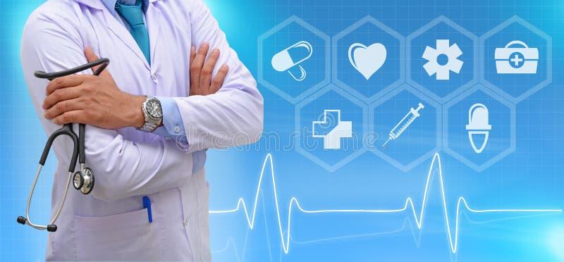 Γιατρός ιατρικής που στέκεται με τη σύγχρονη διεπαφή υπολογιστών στοκ φωτογραφίες με δικαίωμα ελεύθερης χρήσης