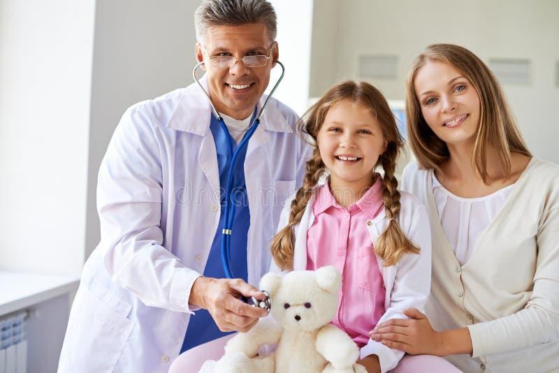 Γιατρός και ασθενείς στοκ φωτογραφία με δικαίωμα ελεύθερης χρήσης
